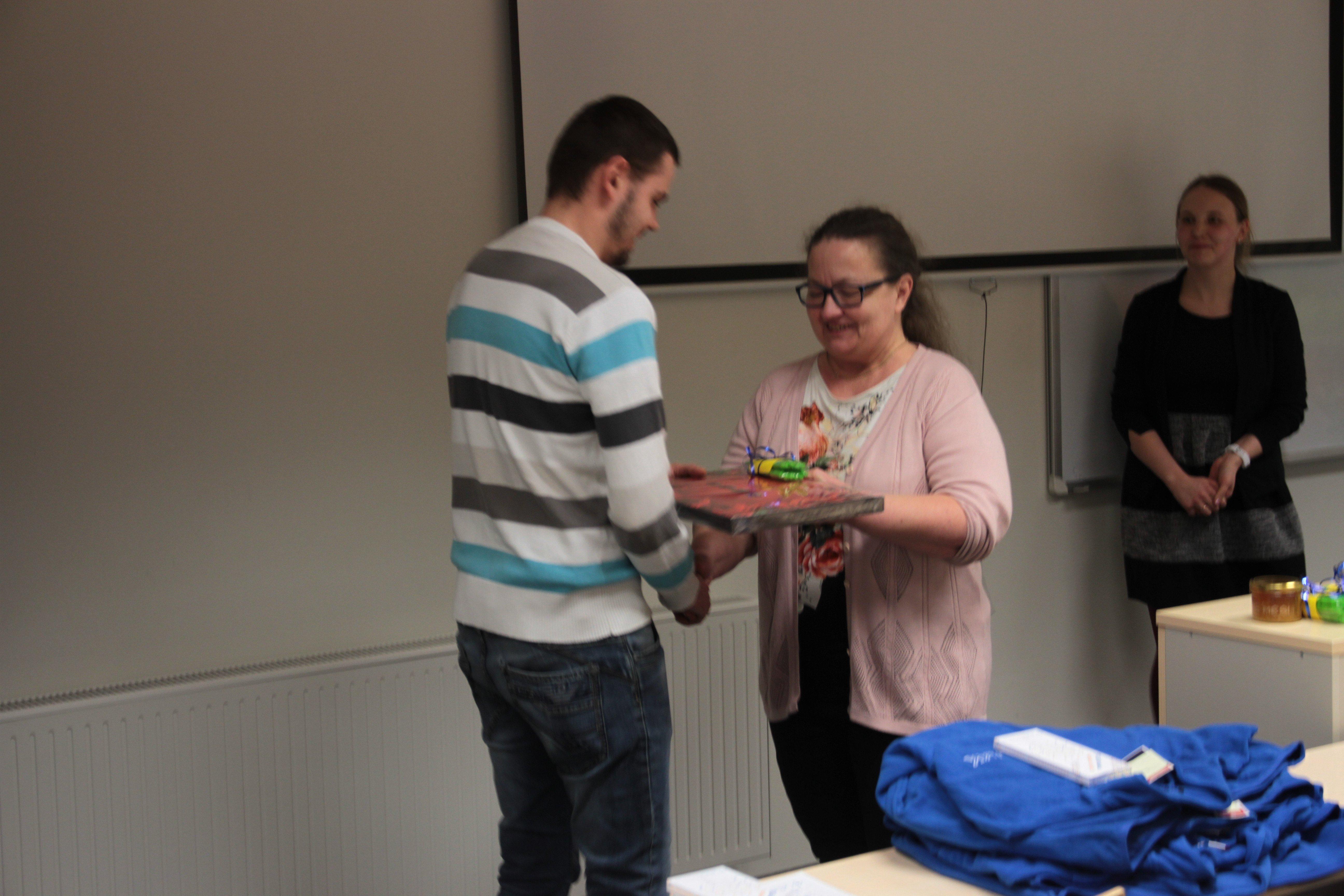 Emakeeleõpetaja Rutt Raigla õnnitleb elektrikuid esikoha puhul
